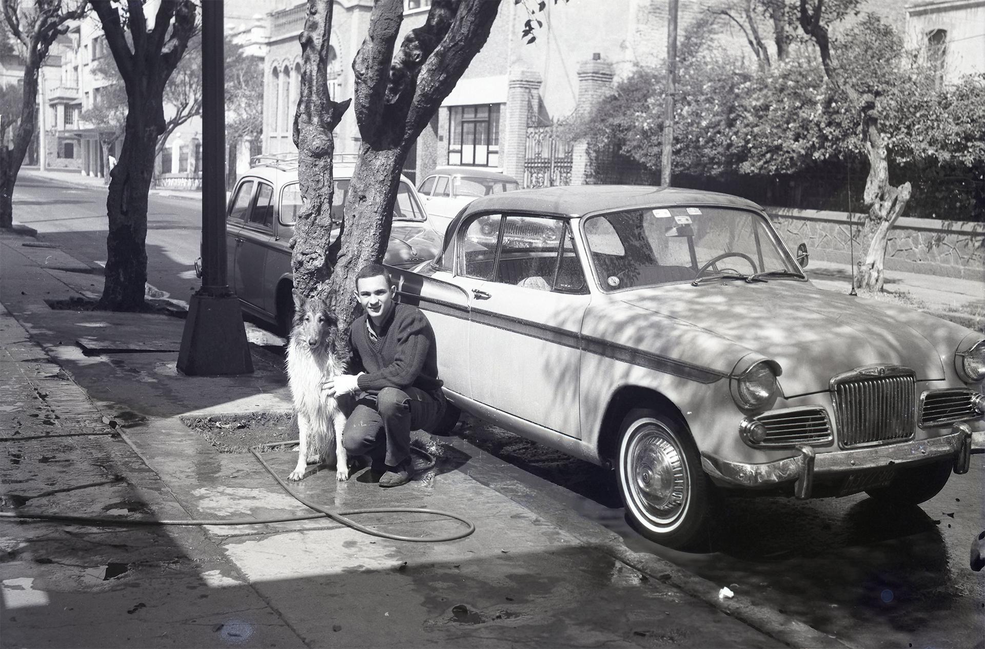 Fotografía de Emérico 'Chiki' Weisz tomada a su hijo Pablo en el frente de la casa