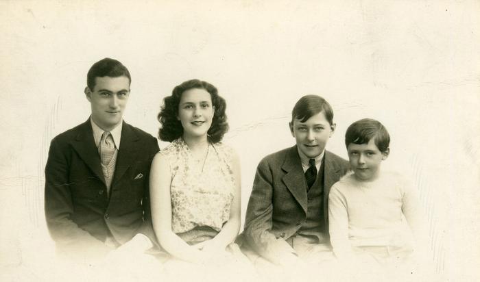 Fotografía de Leonora y sus hermanos Patrick, Gerald y  Arthur
