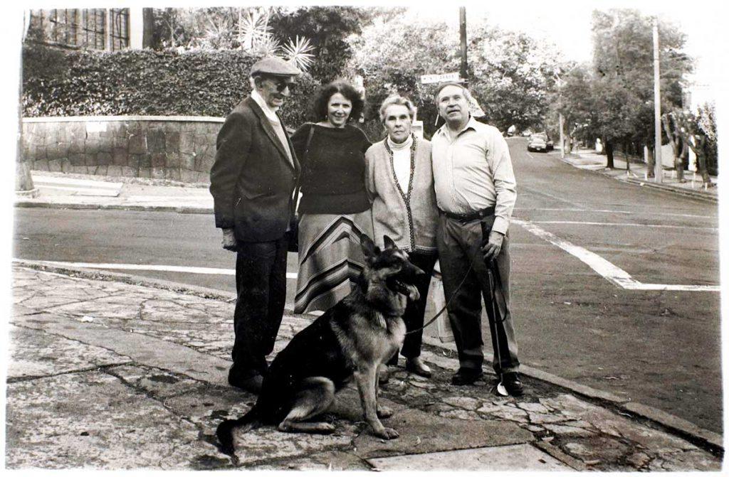 Foto de Leonora y Emérico caminado con Homero Aridjis su esposa Betty